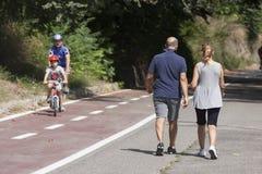 Couples marchant après fonctionnement Photo libre de droits