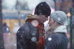 Couples marchant au parc d'hiver Images stock