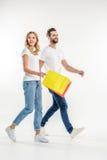 Couples marchant avec des paniers Photo stock