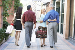 Couples marchant avec des sacs à provisions photos stock