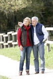 Couples marchant dans la campagne Photo stock