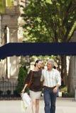 Couples marchant dans la ville Images stock