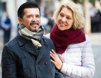 Couples marchant dans la ville Photos libres de droits