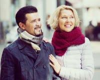 Couples marchant dans la ville Photographie stock