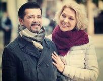 Couples marchant dans la ville Image stock