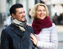 Couples marchant dans la ville Images libres de droits