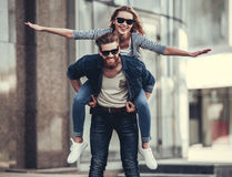 Couples marchant dans la ville Photos stock