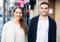 Couples marchant dans la ville européenne Photographie stock libre de droits
