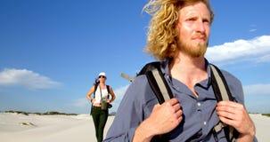 Couples marchant dans le désert 4k banque de vidéos