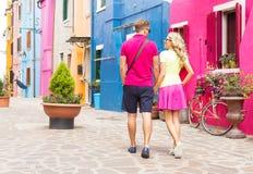 Couples marchant dans le village romantique Images stock