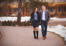 Couples marchant de pair en parc Photos libres de droits