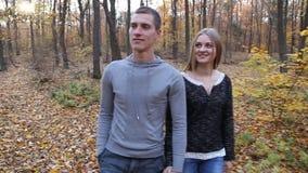 Couples marchant en nature clips vidéos