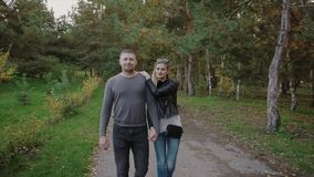 Couples marchant en parc d'automne banque de vidéos