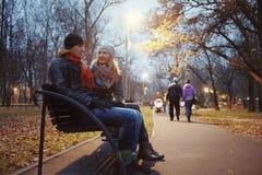 Couples marchant en stationnement d'automne Photographie stock
