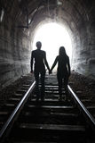Couples marchant ensemble par un tunnel de chemin de fer Images libres de droits