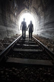 Couples marchant ensemble par un tunnel de chemin de fer Photo libre de droits