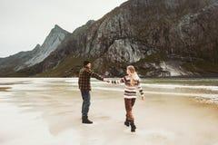 Couples marchant ensemble sur la plage tenant des mains Images stock