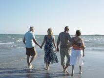 Couples marchant ensemble sur la plage tropicale Image stock
