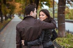 Couples marchant à l'extérieur Images stock