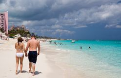 Couples marchant le long de la plage Photo stock