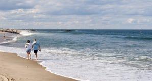 Couples marchant le long de la plage Photo libre de droits