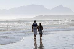 Couples marchant le long de la plage en Afrique du Sud images libres de droits