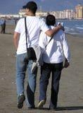 Couples marchant - lui et sa mère Photo libre de droits