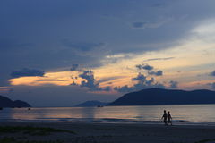 Couples marchant par la plage Photo stock