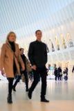 Couples marchant par la structure architecturale à nervures Image libre de droits
