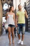 Couples marchant par la ville Images libres de droits