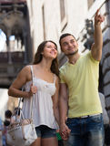 Couples marchant par la ville Photos stock