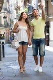 Couples marchant par la ville Image libre de droits