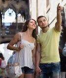 Couples marchant par la ville Photographie stock