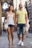 Couples marchant par la ville Photographie stock libre de droits