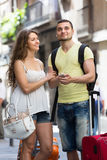 Couples marchant par la ville Photographie stock libre de droits