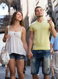 Couples marchant par la ville Photo stock
