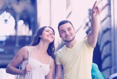 Couples marchant par la ville Photos stock