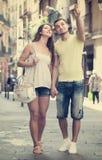 Couples marchant par la ville Image stock