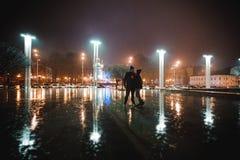 Couples marchant par la ville ensemble la nuit Image libre de droits