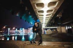 Couples marchant par la ville ensemble la nuit Photo libre de droits