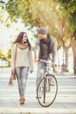 Couples marchant par le parc en automne images stock