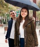 Couples marchant sous le parapluie au jour d'automne Photo stock
