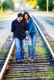 Couples marchant sur la piste de rr Photos stock