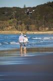 Couples marchant sur la plage photo stock