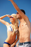 Couples marchant sur la plage Photos libres de droits