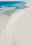Couples marchant sur la plage Photo libre de droits