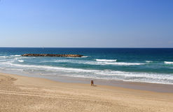 Couples marchant sur la plage près de la mer Méditerranée Photos stock