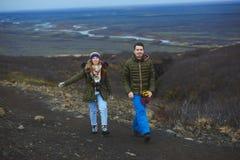 Couples marchant sur la route de l'Islande Image libre de droits