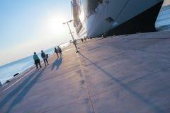 Couples marchant sur le port de croisière Photographie stock libre de droits