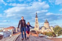 Couples marchant sur le toit en bois Photo libre de droits